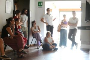 I wikipediani in residenza e gli archeologi durante la visita a un museo.