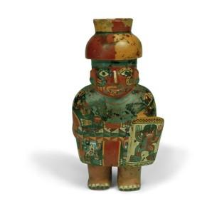 Vaso antropomorfo della cultura Huari, Perù, conservato presso le Raccolte Extraeuropee